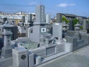 石塔、外柵、墓誌を新しく致しました。 立ち拝み式でお参りもしやすくなっております。