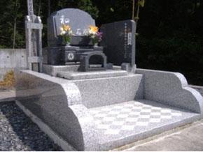 栃木県 足利市 1.5m×2.1m 洋型墓石 バリアフリーでお参りしやすくなっています。