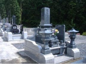 栃木県 足利市 1.8m×1.9m 石塔:スリン付墓石、外柵:中国白御影石 立ち拝み式でお参りがしやすくなっています。