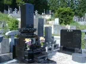 栃木県 佐野市 上下蓮草インド黒 芝台、拝石まで石塔と同じ石を使いました。