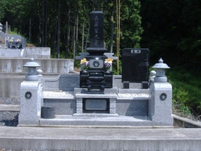 栃木県 足利市 スリン付インド黒 立ち拝み式で広々としたお墓に完成しました。