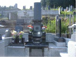 栃木県 佐野市 上下蓮草 左側の墓石には野球の写真を彫刻しました。