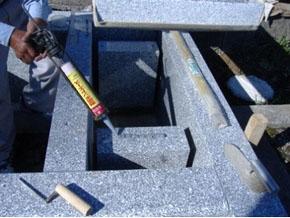 敷石の下は台石を固定しますので敷石が下がることはありません