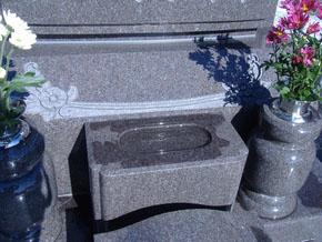 立体感のあるお花の彫刻が施されています